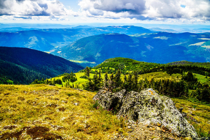 远足在托德山上面在Shuswap高地的 库存照片