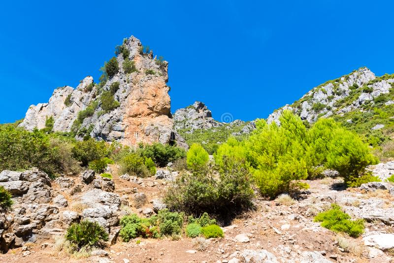 远足在摩洛哥的里夫山脉山在舍夫沙万市下,摩洛哥,非洲 免版税库存照片