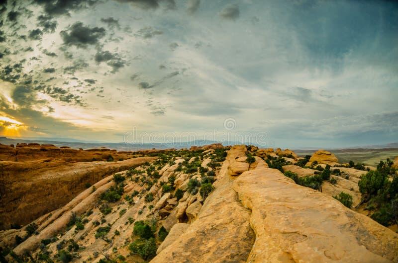远足在早晨光的恶魔庭院里的光滑的岩石 免版税库存图片