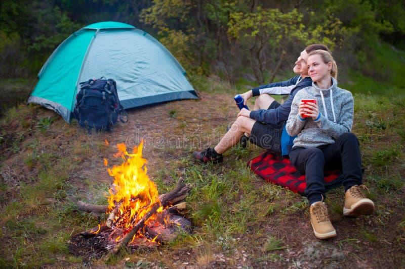 远足在森林微笑的夫妇休息的enjo的年轻愉快的夫妇 图库摄影