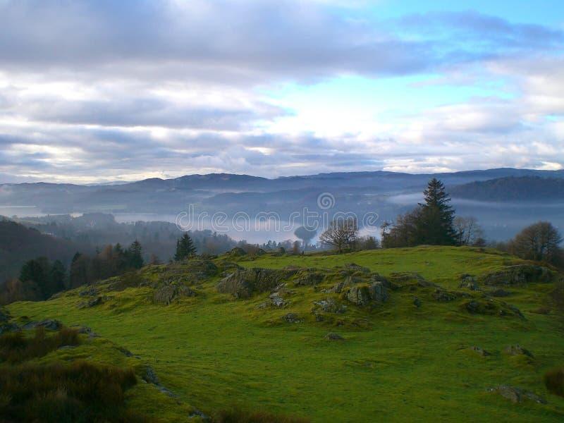 远足在湖区的有雾的早晨,英国 免版税库存照片
