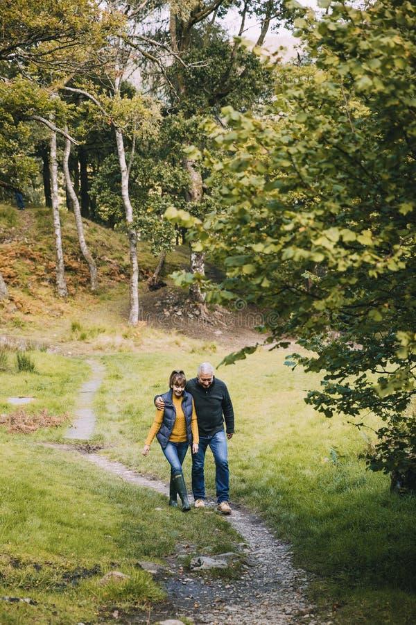 远足在湖区的资深夫妇 库存图片