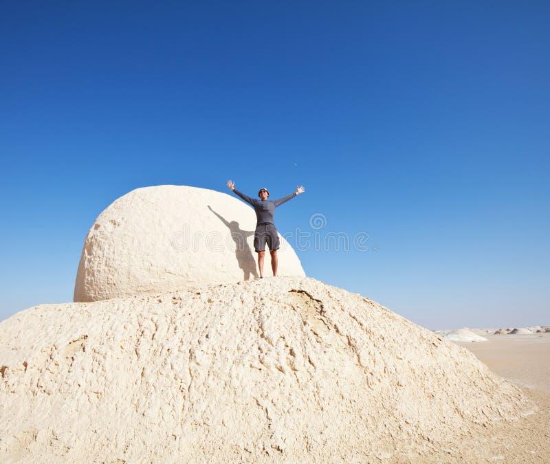 远足在白色沙漠 免版税库存图片