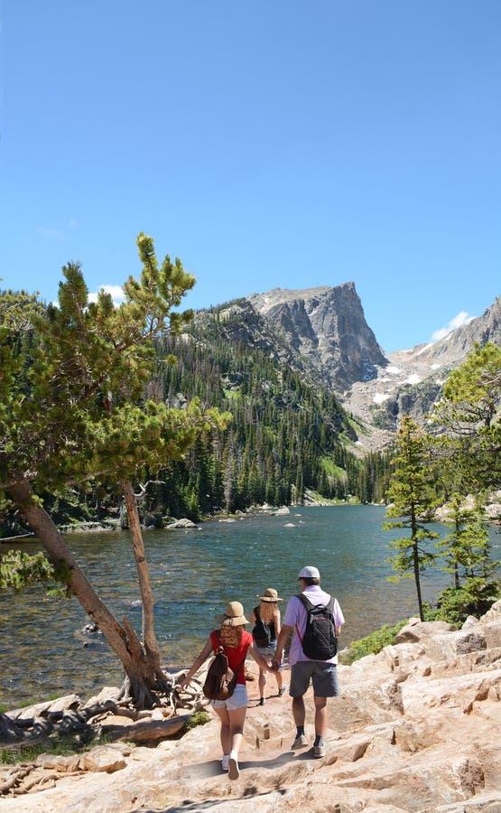 远足在科罗拉多山的家庭旅行 库存图片