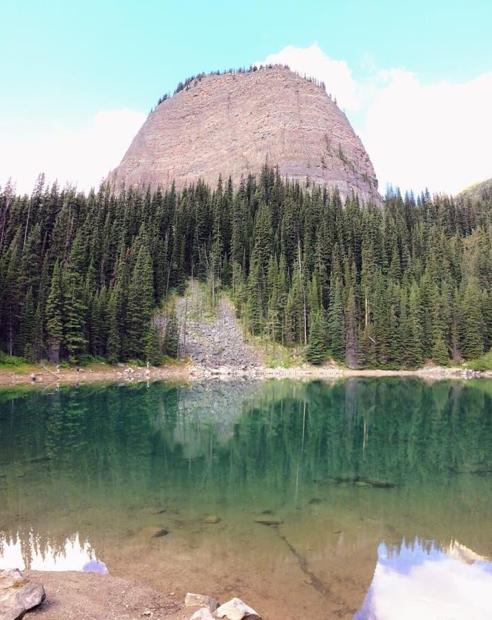 远足在路易丝湖, Lakeview足迹,六个冰川、湖艾格尼丝, Mirror湖,小和大蜂箱, nat的班夫平原附近的看法  库存照片