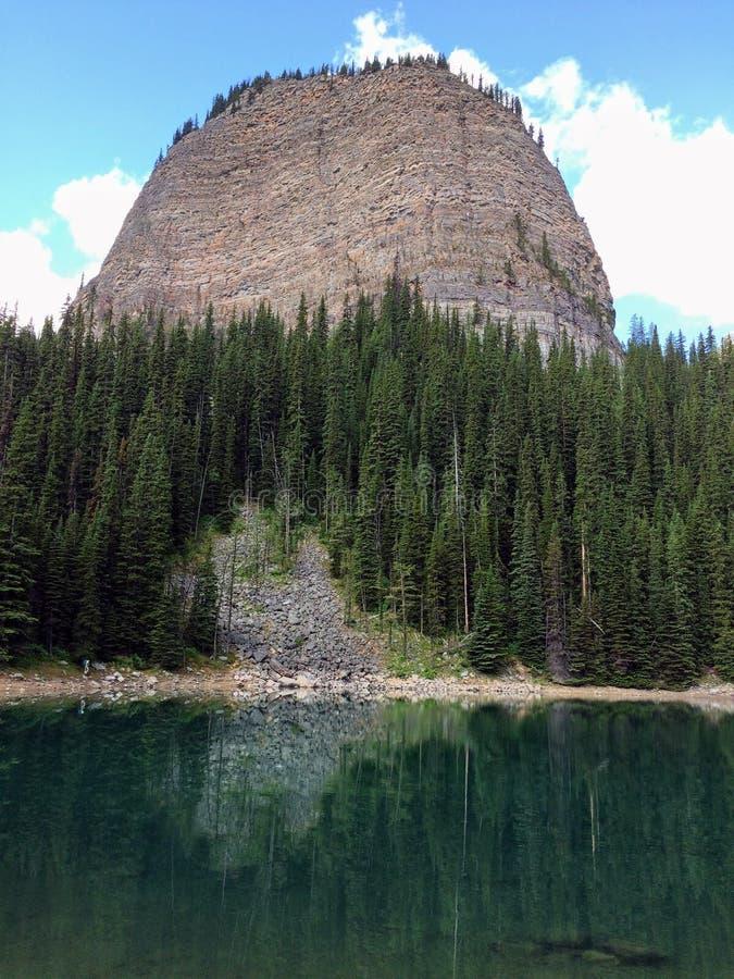 远足在路易丝湖, Lakeview足迹,六个冰川、湖艾格尼丝, Mirror湖,小和大蜂箱, nat的班夫平原附近的看法  图库摄影