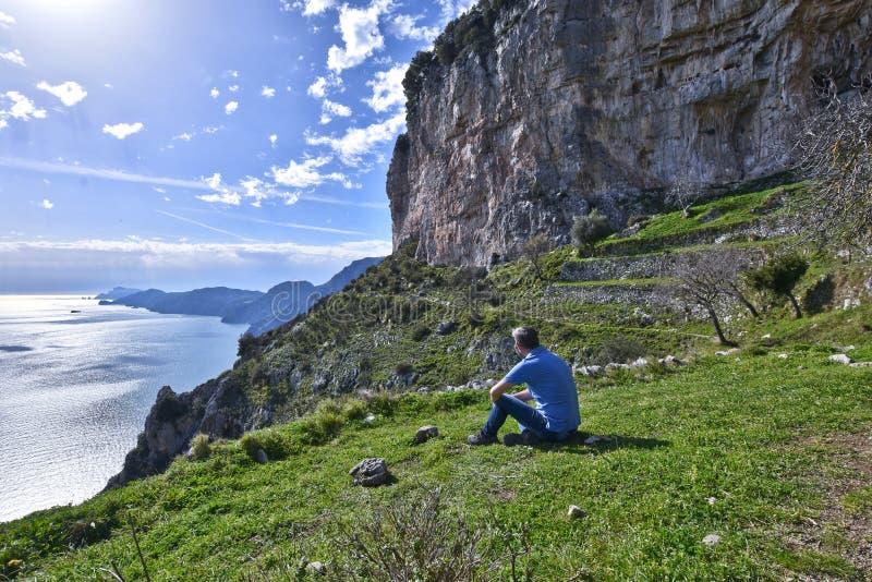 远足在阿马飞海岸的山 库存图片