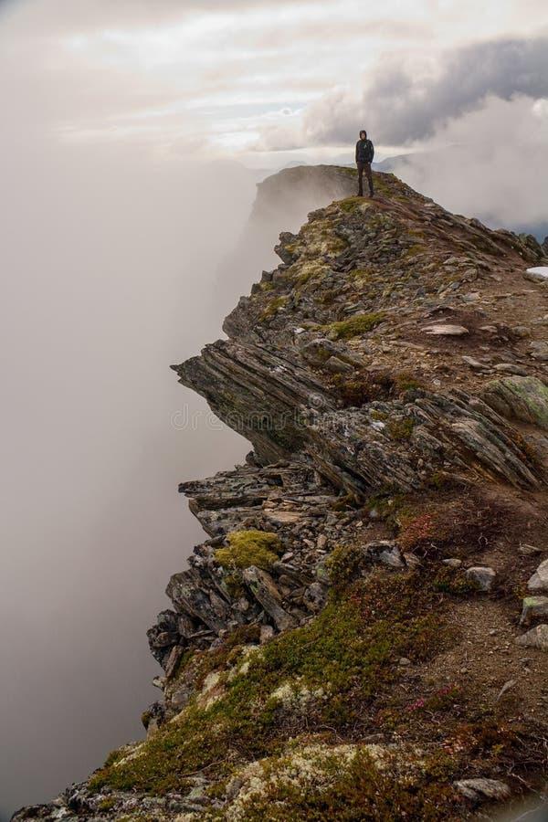 远足在雾的著名Romsdalseggen里奇, Andalsnes,挪威 免版税库存照片