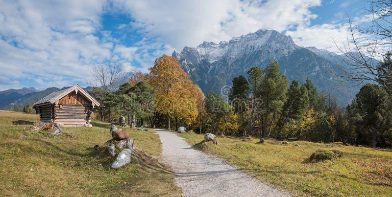 远足在mittenwald附近的道路与对karwendel的美好的监视 免版税库存图片