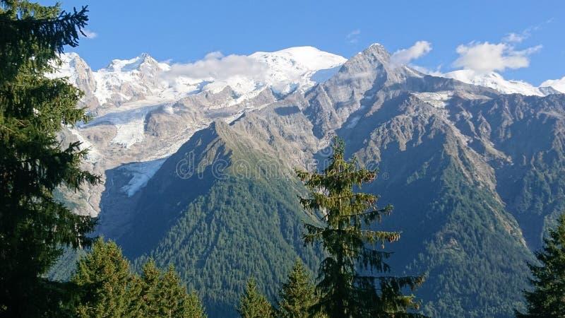 远足在Montagne勃朗峰前面在法国 免版税库存照片
