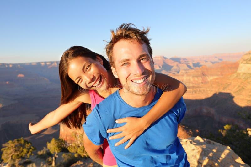 远足大峡谷的活跃愉快的生活方式夫妇 免版税库存图片