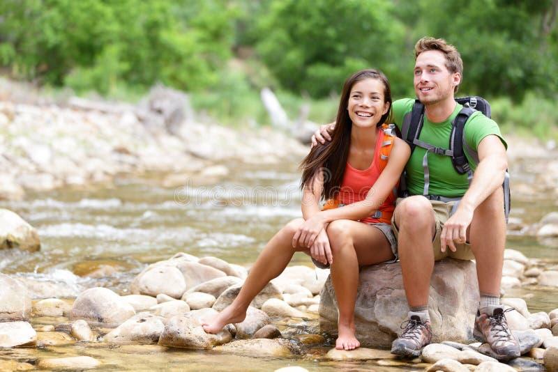 远足夫妇-休息在锡安的远足者停放 免版税库存图片