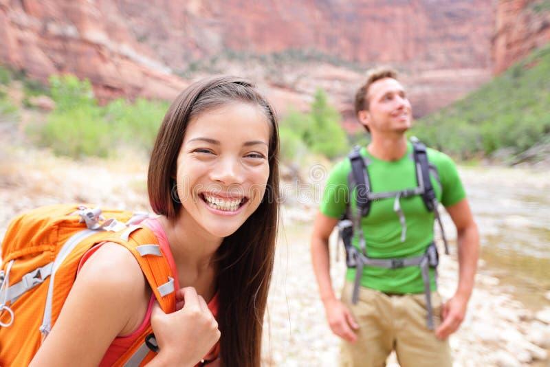 远足妇女-走在锡安公园的远足者画象 库存图片