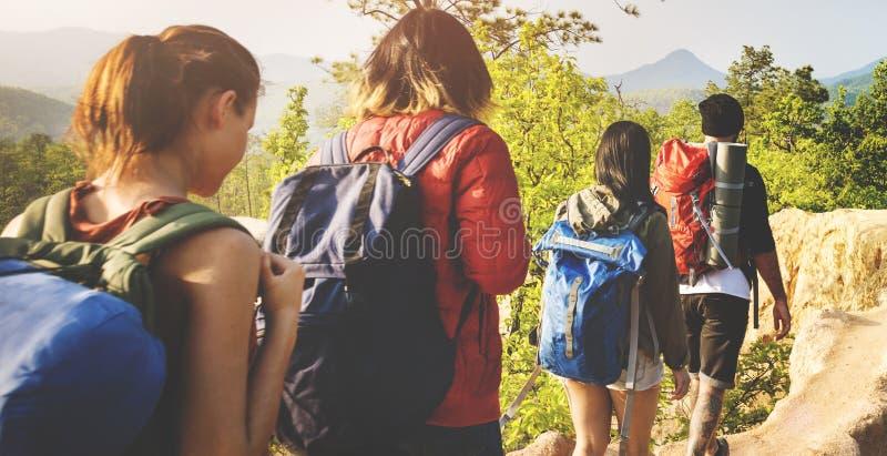 远足山冒险概念的人们 库存照片