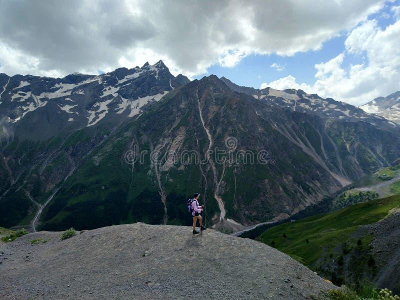 远足山的自由女孩,感觉和冒险 免版税库存图片