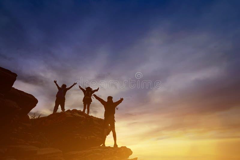 远足帮助的配合友谊信任协助silh 库存照片