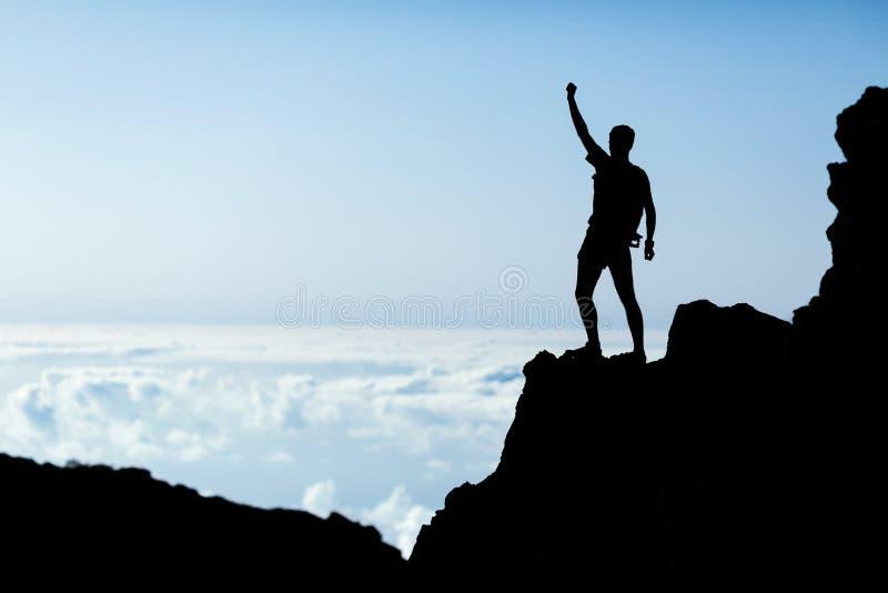 远足成功剪影,人在山的足迹赛跑者 免版税库存照片