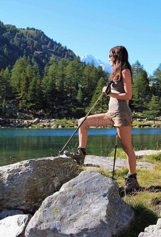 远足有拐杖的女孩 免版税库存图片