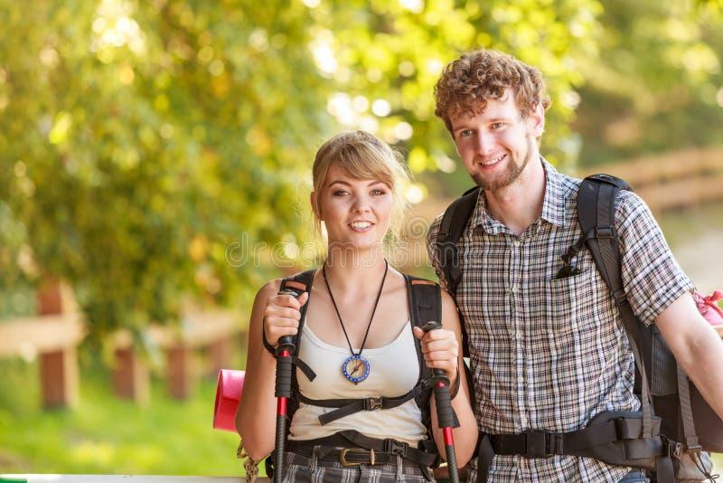 远足流浪在森林足迹的夫妇背包徒步旅行者 库存照片