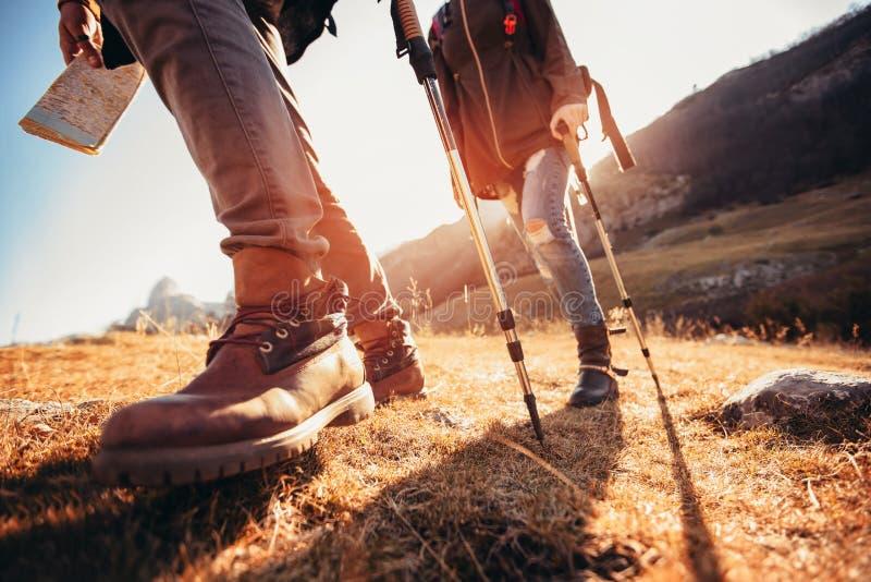 远足男人和妇女有迁徙的起动的在足迹 免版税库存照片