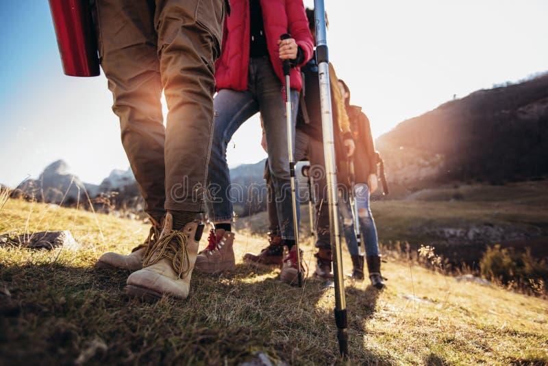 远足男人和妇女有迁徙的起动的 免版税库存照片