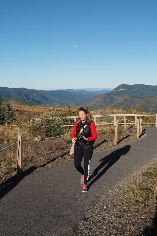 远足界限足迹的妇女在圣海伦山全国火山的纪念碑 免版税库存图片