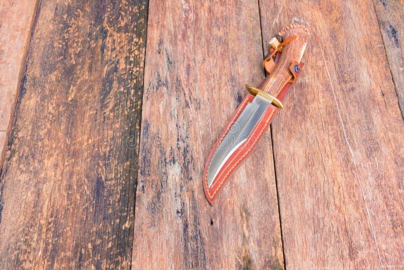 远足的刀子在与拷贝空间的木葡萄酒背景增加文本 图库摄影