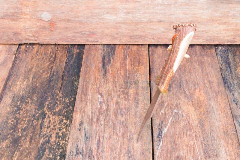 远足的刀子在与拷贝空间的木葡萄酒背景增加文本 免版税库存图片