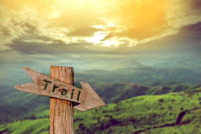 远足的木足迹标志与山 免版税库存照片