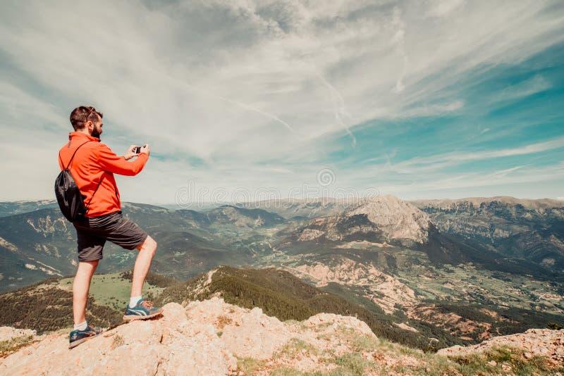 远足的采取selfie外部的齿轮人 免版税库存图片