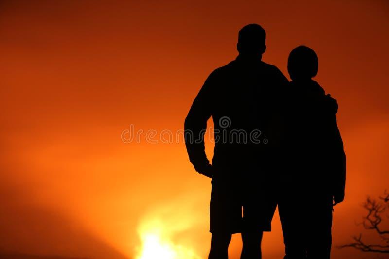 远足看夏威夷火山的人 免版税库存照片