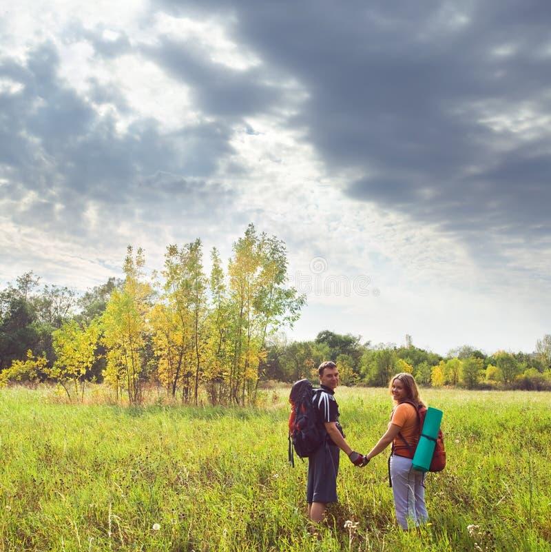 远足秋天的愉快的年轻夫妇 免版税库存图片