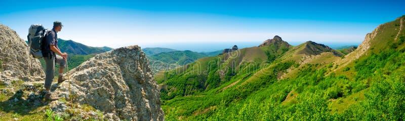 远足者享受风景 免版税库存图片
