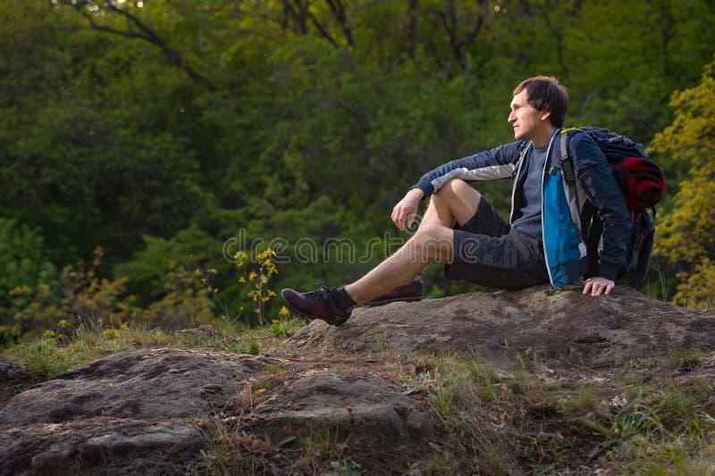 远足者人在夏天远征时采取休息 旅行, vacati 库存图片