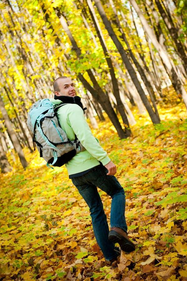 远足者人走的年轻人 免版税图库摄影