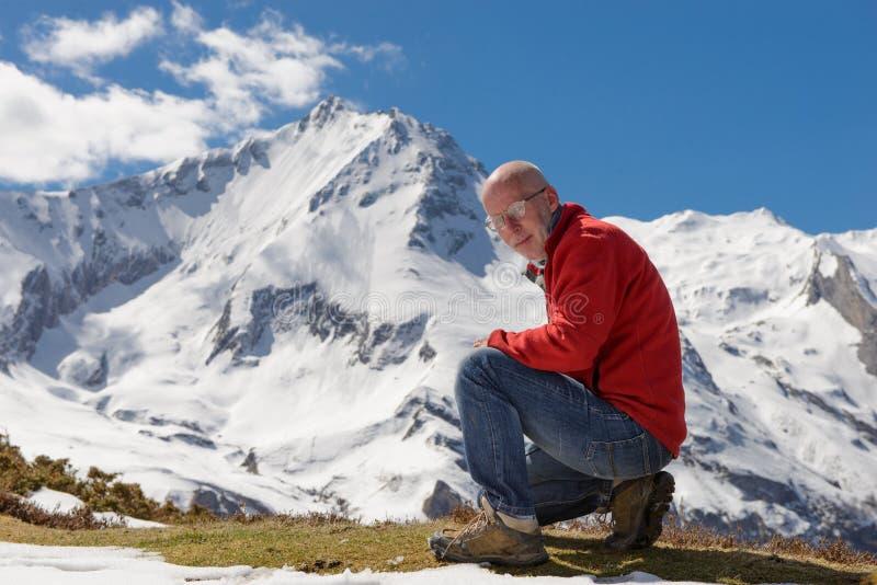 远足者到达山峰山顶  免版税库存照片
