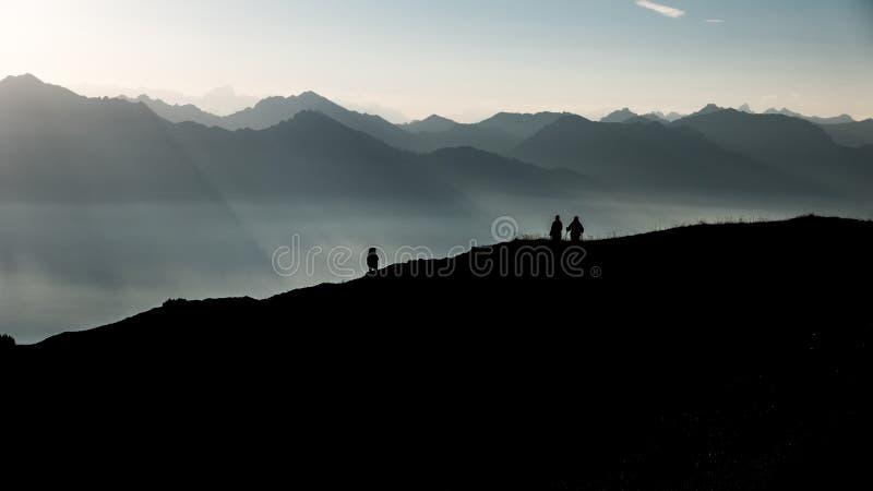远足者剪影反对山的 库存图片