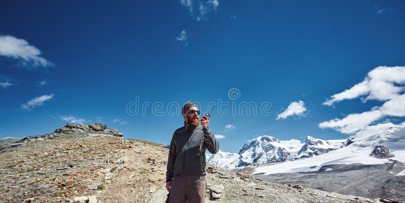 远足者在与收音机的一张通行证顶部 图库摄影