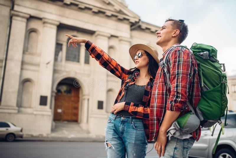 远足者在从山的上面的都市风景看 免版税库存照片