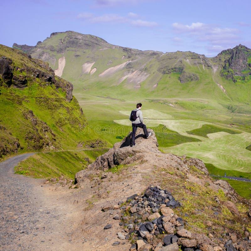 远足者在冰岛,山的游人 免版税库存照片