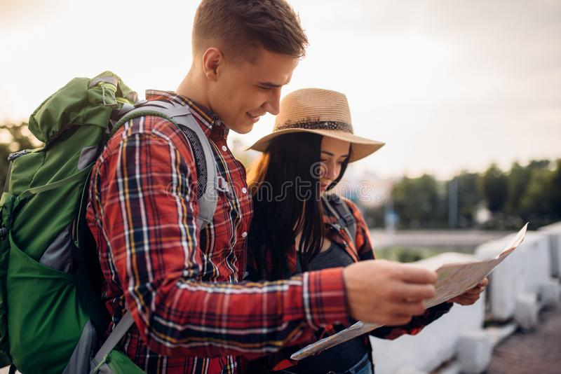 远足者在地图,游览看在旅游镇 库存图片