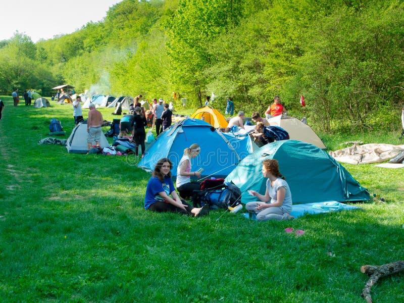 远足者在帐篷阵营休息 免版税库存图片