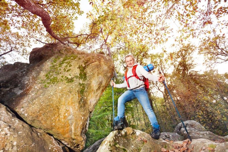 远足者在秋天开始旅途远足山 免版税库存照片