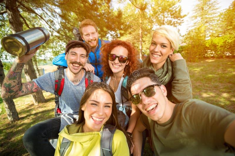 年轻远足者拍照片 免版税图库摄影