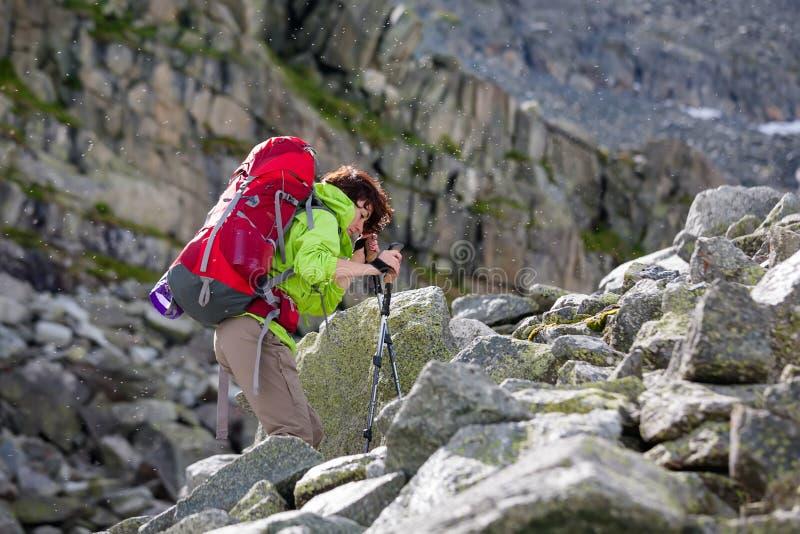 远足者攀登山, Ru岩石倾斜在阿尔泰山的 免版税图库摄影