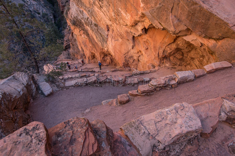远足者攀登作为清早光命中的沃尔特斯扭动 免版税库存图片