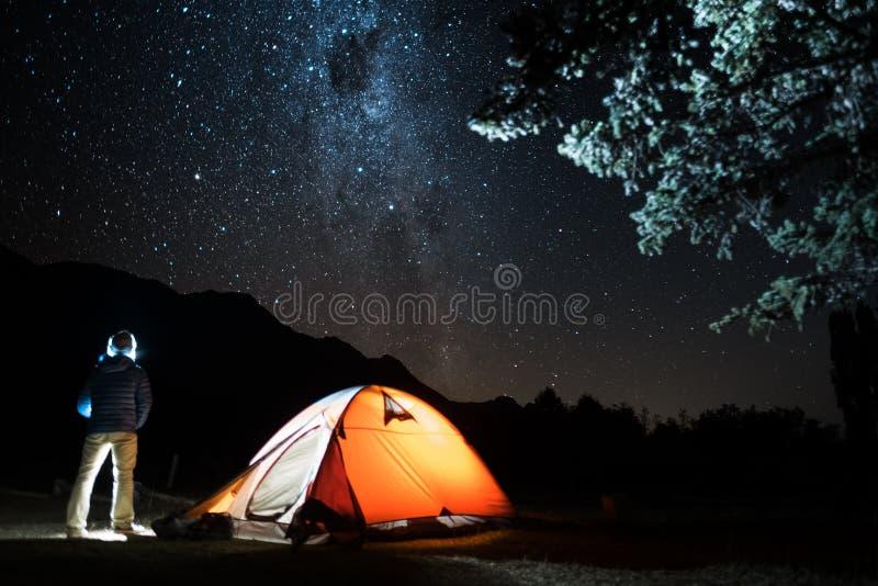 远足者支持帐篷 库存照片