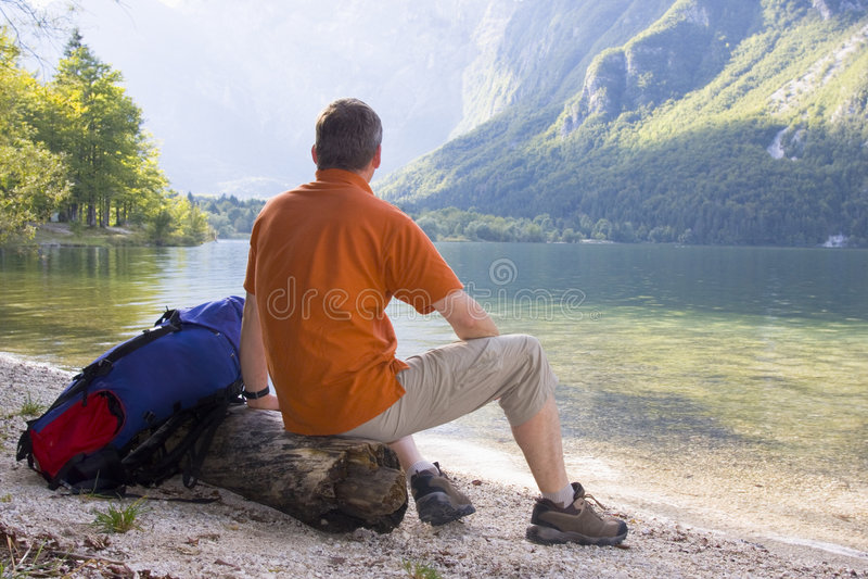 远足者放松湖的山 免版税图库摄影