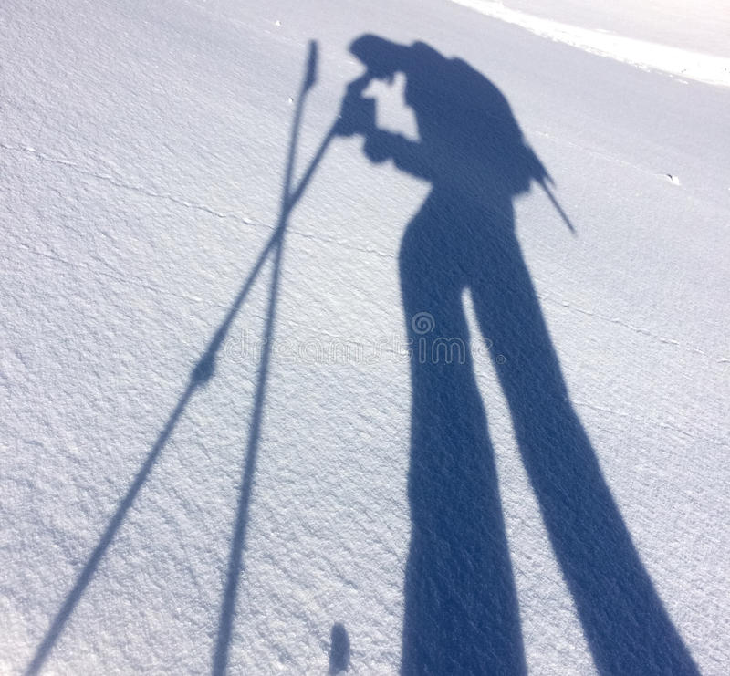 远足者的阴影雪的 免版税库存照片