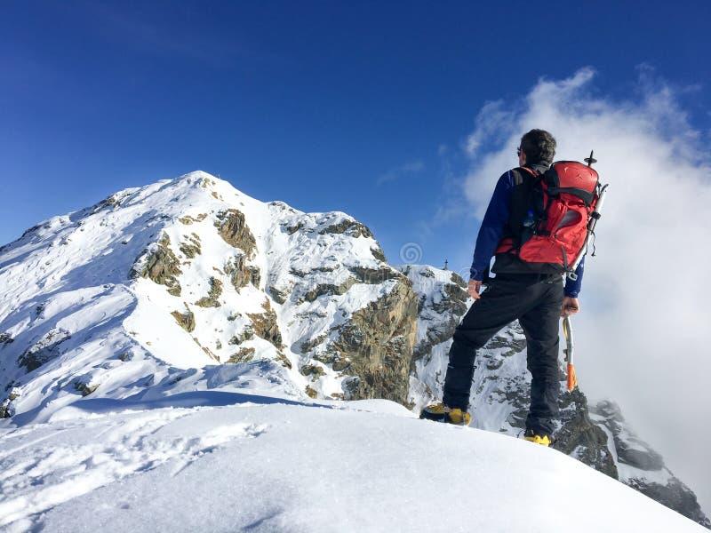 远足者看一个冬天山风景 库存照片